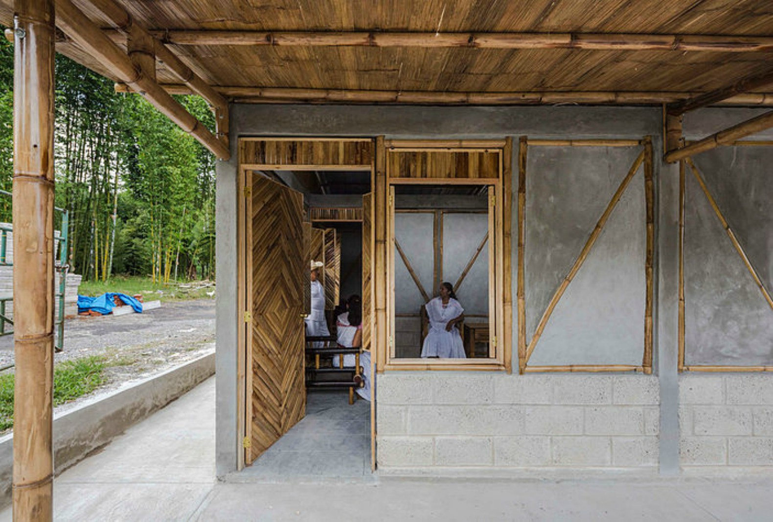 Local residents help build pre fab bamboo social center for Local arquitectura