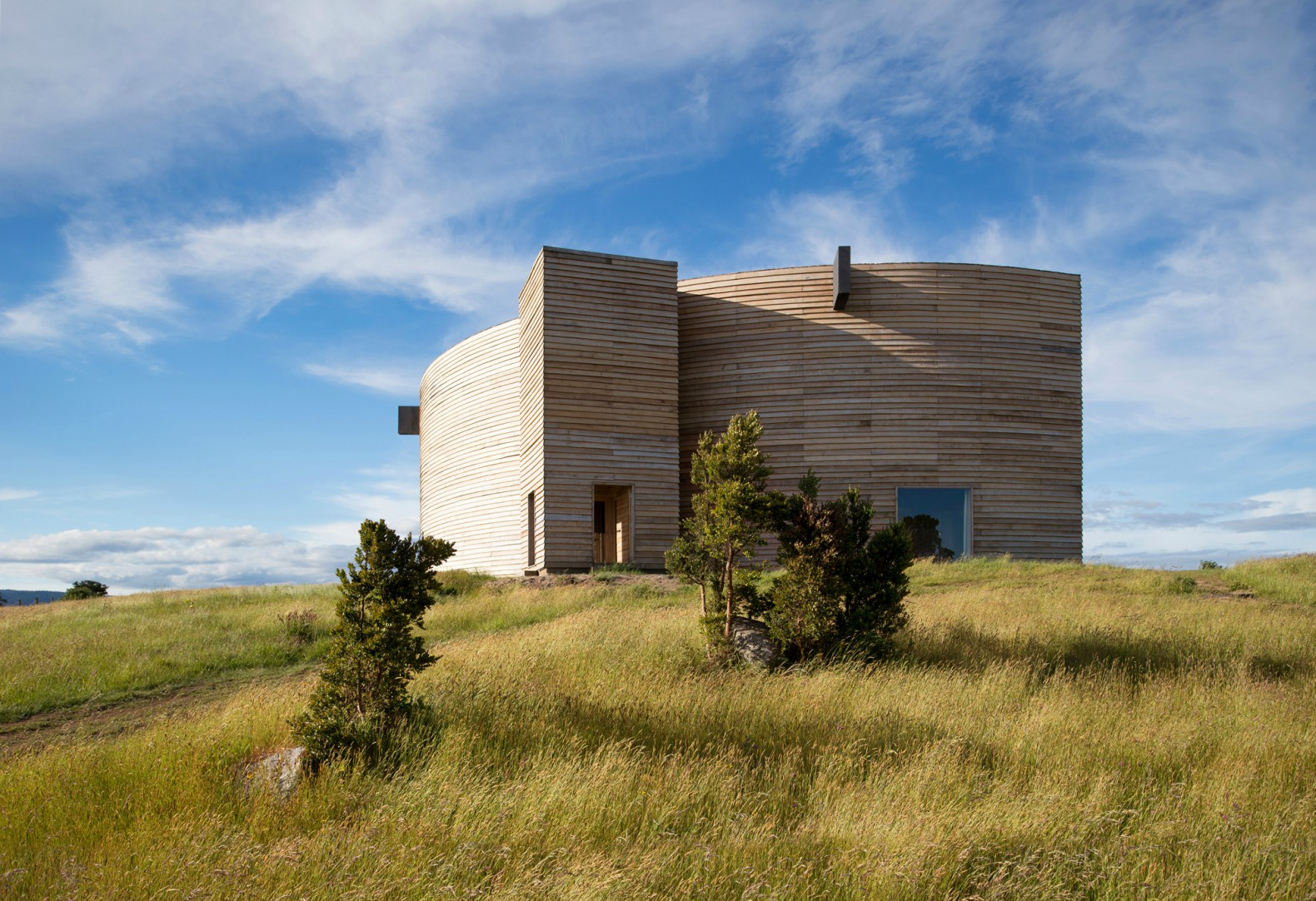 Crescent moon-shaped home on Chilean coast inspired by traditional boat-making techniques