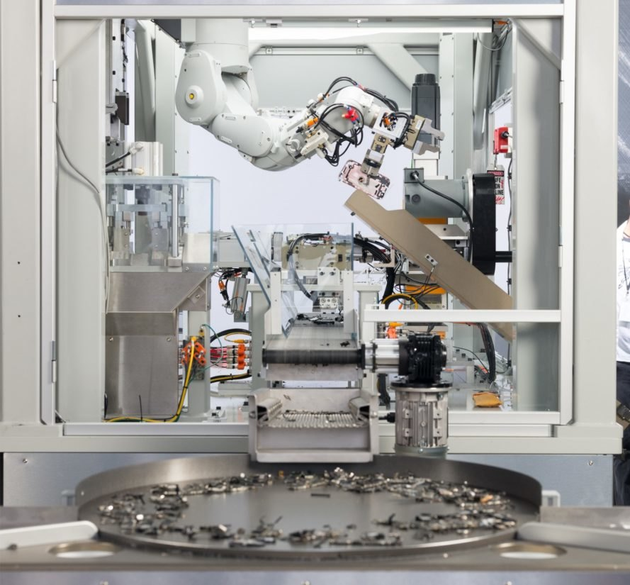 Apple recycling robot Daisy sorts old iPhone parts