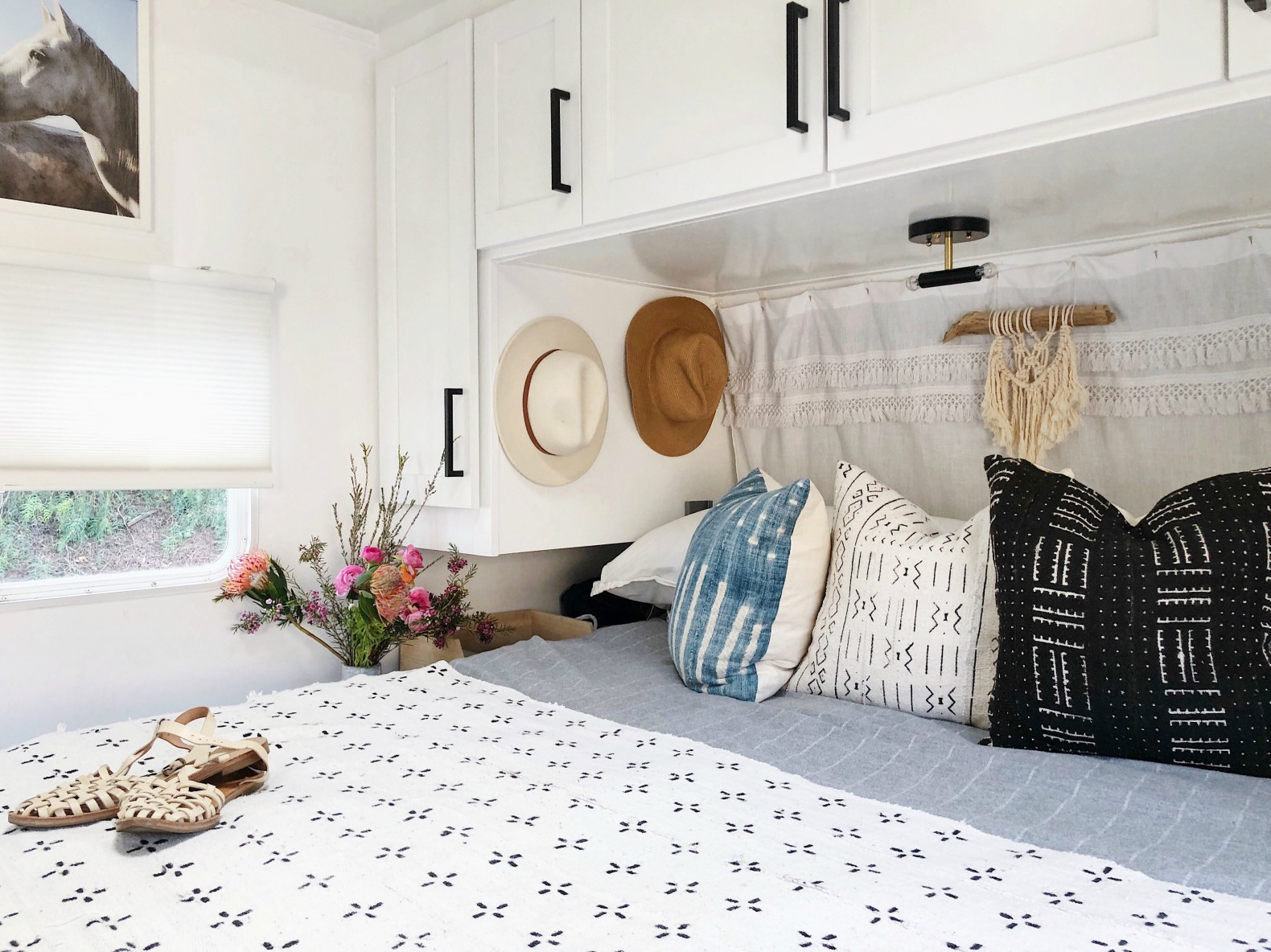 Super Couple Spends Just 3K To Convert An Old Camper Van Into Home Interior And Landscaping Oversignezvosmurscom