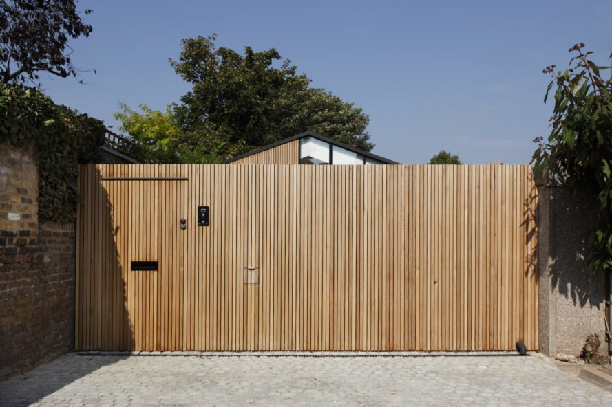 western red cedar fence Courtyard House by De Rosee Sa