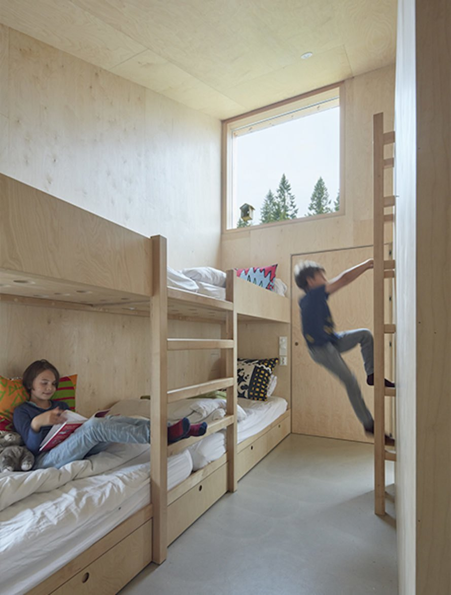 Plywood bunkbeds Mylla Cabin by Mork-Ulnes Architects