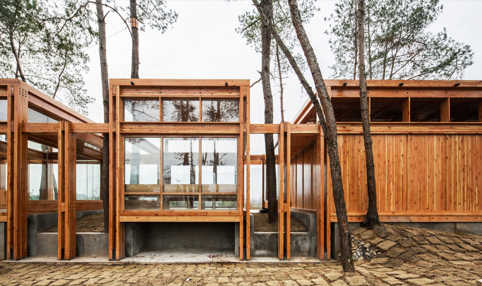 This prefab pavilion in Zhejiang brings travelers closer to nature