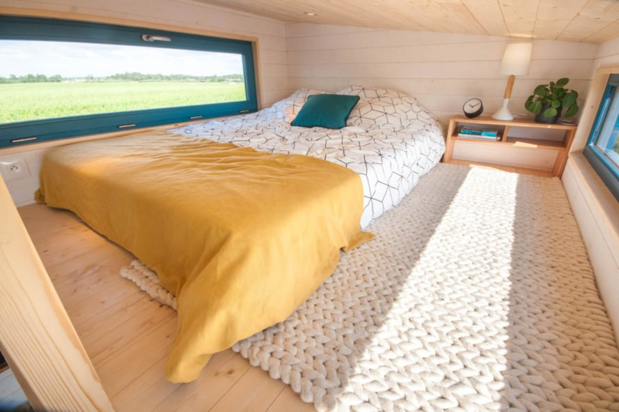 queen-sized bed with yellow and white blankets