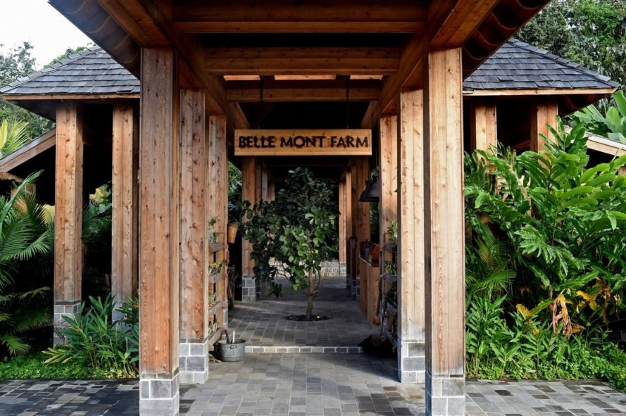 "entry sign reads, ""Belle Mont Farm"""