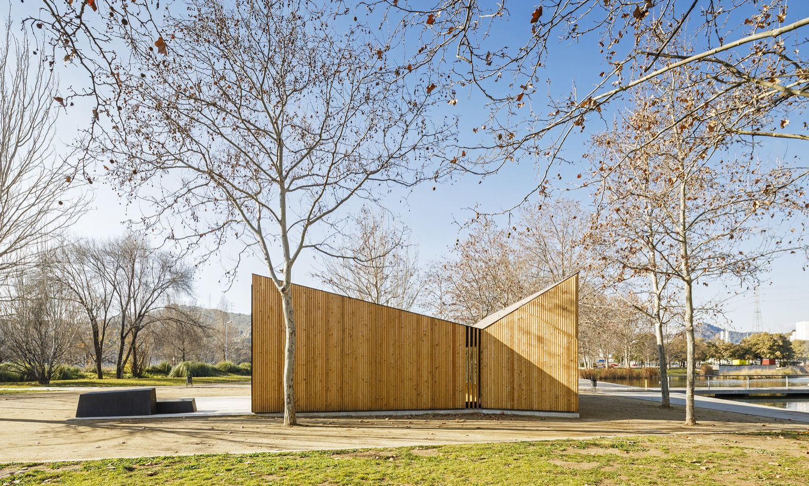 A modular classroom for environmental education pops up in a Barcelona park
