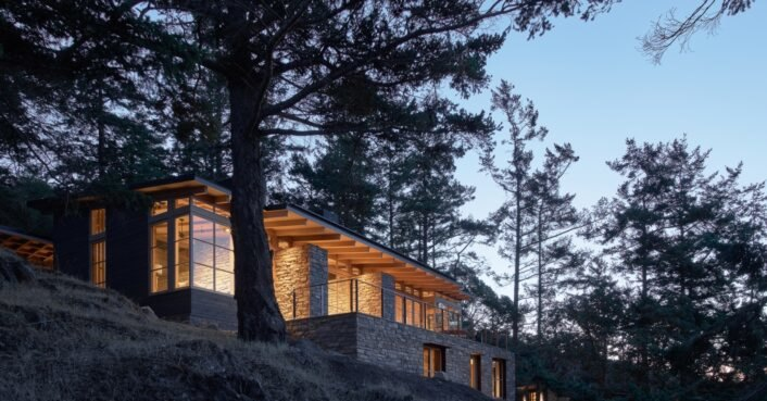 A solar-powered luxury home blends into a Pacific Northwest landscape