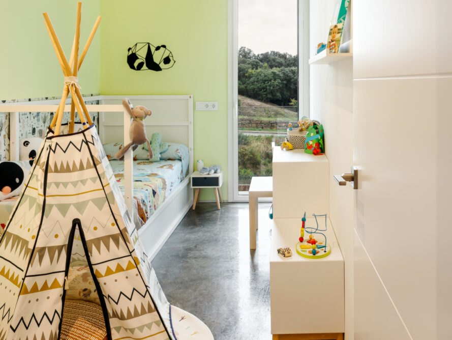 children's room with teepee