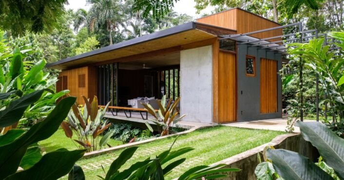 Brazilian timber home uses bioclimatic principles to reduce its