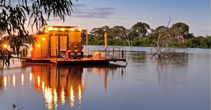 A homey, floating cabin makes for the ultimate romantic getaway in South Australia