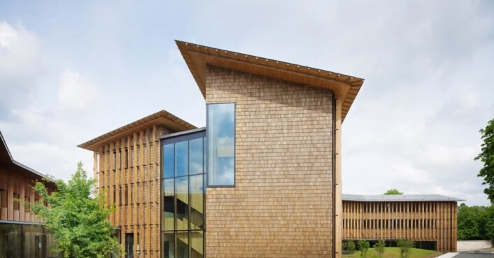 """Timber """"Woody"""" office in France embraces Paris' largest park"""