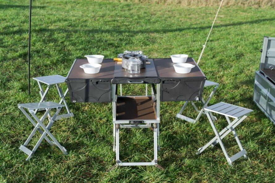 camping table with stools