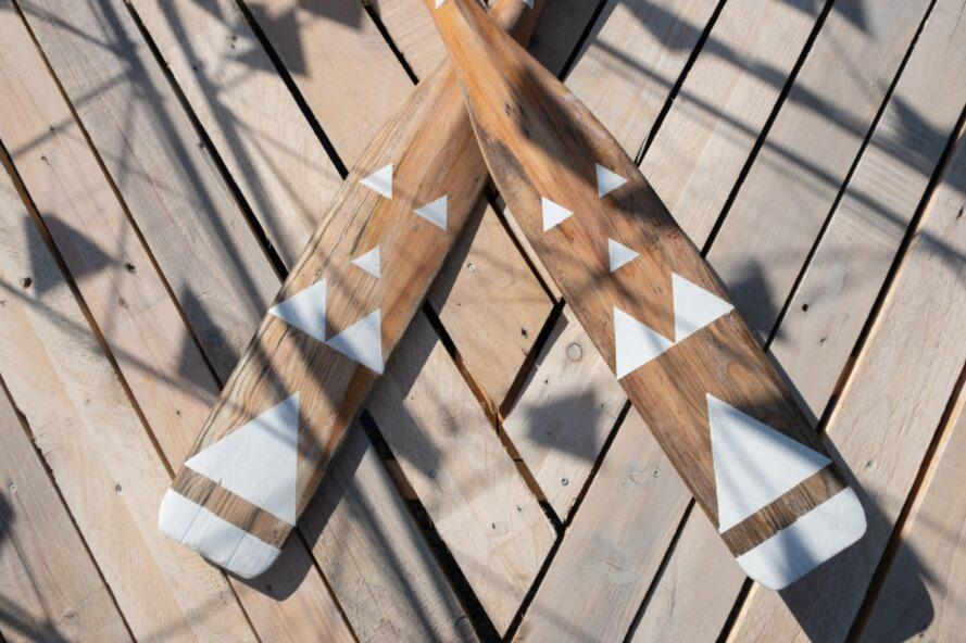 boat oars with white triangles