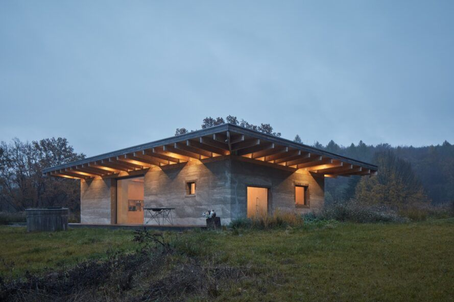 Green-roofed Czech cabin is built with recyclable hempcrete
