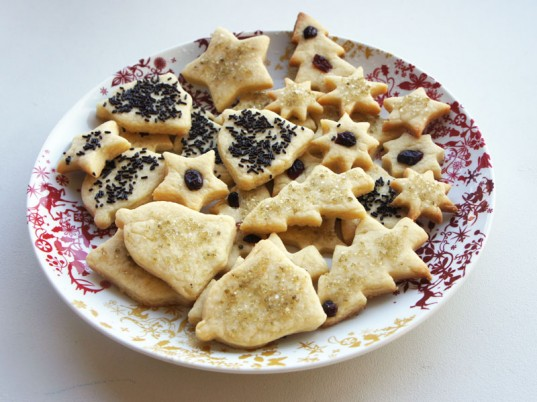 Petey's organic vegan almond christmas cookies, vegan christmas cookie recipe, vegan cookies recipe, vegan almond cookies, vegan almond butter cookies, vegan baking, organic christmas cookies, organic holiday cookies, organic holiday baking, vegan christmas, vegan christmas cookies