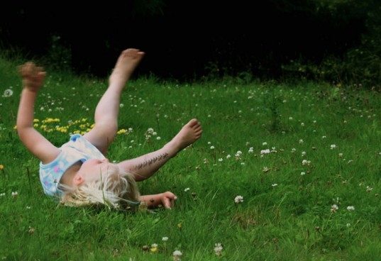 nature disorder, kids in nature, eco play, kid in grass