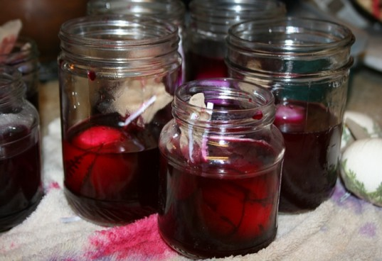easter egg dye, easter egg natural dye, red cabbage and beet natural dye, dyeing easter eggs
