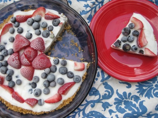 fourth of july yogurt and fruit pie, frozen yogurt pie, healthy dessert, summer dessert