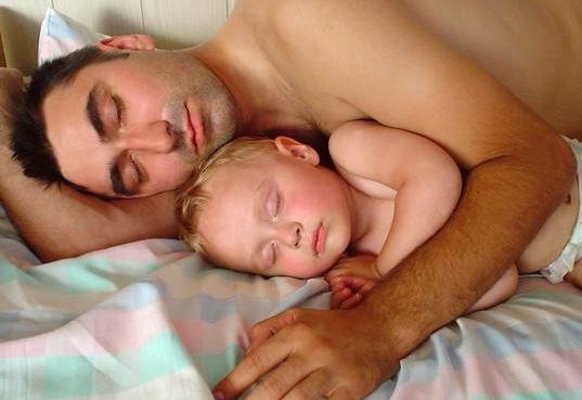 Co-sleeping Results in Lower Testosterone for Dads, Which May Mean Greater Benefits for Kids
