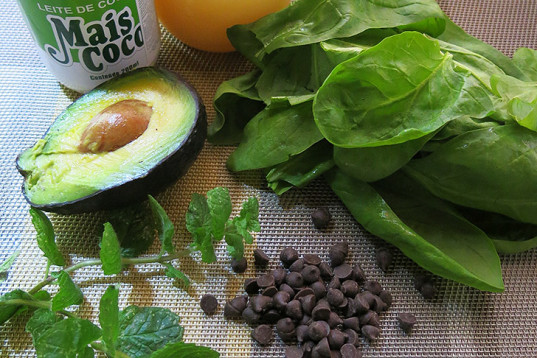 chocolate chips, mint shake, refreshing summer drink, avocado drink, mint leaves, green drink, energetic drink, Choc Chip Mint Shake, healthy recipe, how-to, recipes, vegan cooking