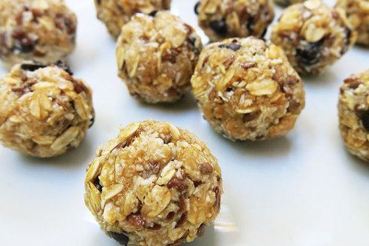no-bake recipe, energy balls, seeds balls, sweet dessert, round nibs, coconut flakes, healthy recipe, how-to, vegan cooking, recipe, snack,