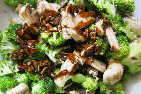 Slow Stir Fry, raw broccoli, raw mushrooms, marinade, looks cooked, soy sauce marinade, healthy recipe, how-to, recipe, vegan cooking