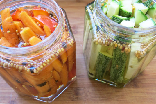 raw pickles, jarred vegetables, pickled carrots, pickled bell pepper, pickled zucchini, white distilled vinegar, mustard seeds, 10-minute project, vegetables conservation