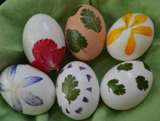 foliage eggs, Easter decorations, green Easter, green holiday ideas for kids