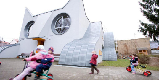cat shaped kindergarten, germany, german kindergarten, german schools, tomi ungerer, d'Ayla-Suzan Yöndel, fun schools, buildings shaped like animals, kindergarten, school, german children