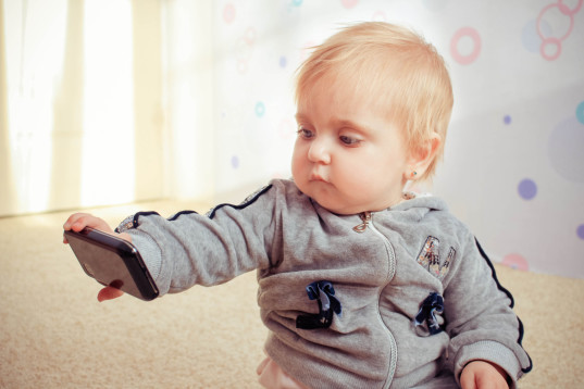 kids mobile devices, children mobile devices, children screen time, child development, high tech kids, high tech children, kids and technology, parents letting toddlers use mobile devices